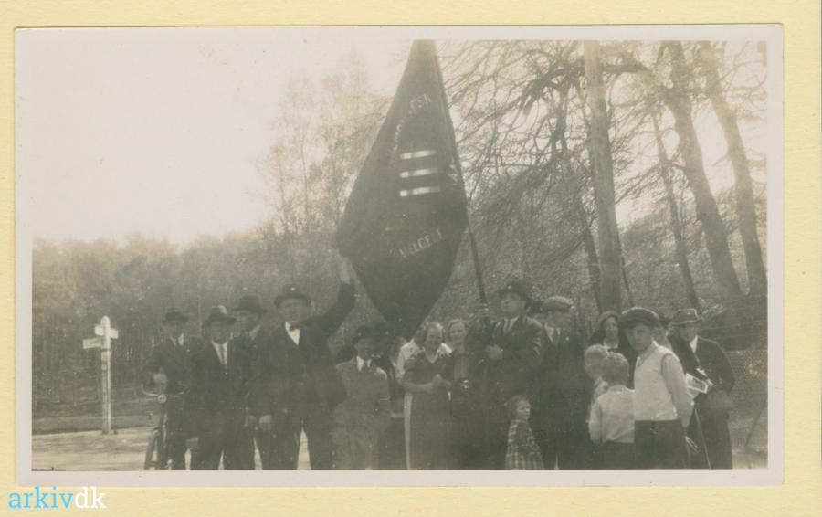 Foto venligst udlånt af Lyngby-Taarbæk Stadsarkiv: Raadvad socialdemokratiske forening, samlet før en spadseretur til Lyngby, 1. maj 1934